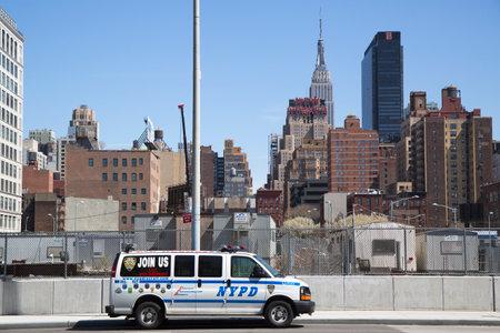 new recruit: NUEVA YORK - 24 de abril NYPD reclutar coche en el centro de Manhattan en 24 de abril 2014 el Departamento de Polic�a de Nueva York, fundada en 1845, es la mayor fuerza policial en EE.UU.