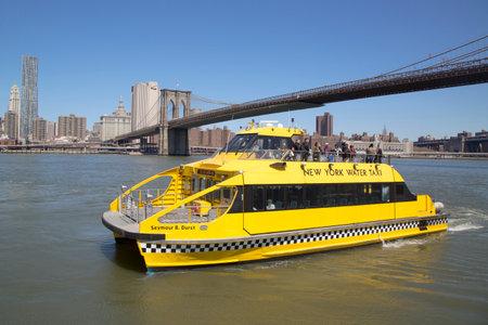 뉴욕 - 4 월 24 일에 브루클린 다리 아래 4월 24일 뉴욕 워터 택시는 2104 뉴욕 워터 택시 이스트 강과 허드슨 강을 따라 통근 및 관광 서비스를 제공