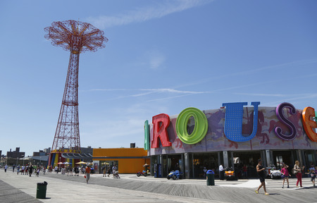 BROOKLYN, NEW YORK - JUNE 15  Parachute jump tower and restored B B carousel in Brooklyn on June 15, 2014  Jump tower has been called the  Eiffel Tower of Brooklyn  Banco de Imagens - 29313093