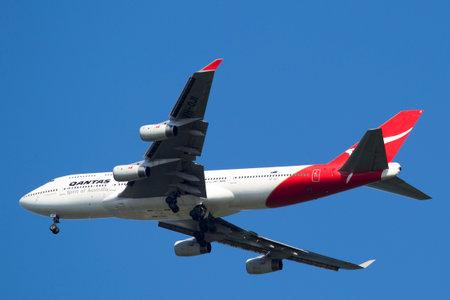 747 400: NEW YORK - 22 giugno Qantas Airline Boeing 747-400 nel cielo di New York prima di atterrare all'aeroporto JFK il 22 giugno 2014