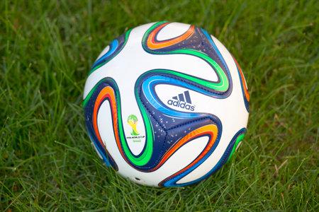 adidas: NEW YORK - 22 juni Brazuca bal op gras in New York op 22 juni 2014 De Adidas Brazuca is de officiële wedstrijdbal van de 2014 FIFA World Cup, die wordt gehouden in Brazilië
