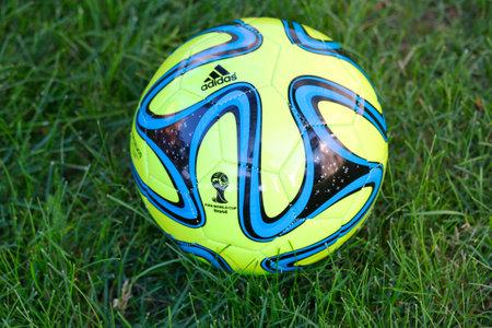 adidas: NEW YORK - 22 juni Brazuca bal replica op gras in New York op 22 juni 2014 De Adidas Brazuca is de officiële wedstrijdbal van de 2014 FIFA World Cup, die wordt gehouden in Brazilië