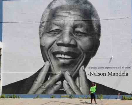 ニューヨーク - 2014 年 6 月 21 日にブルックリンのウィリアムズバーグでネルソン ・ マンデラ壁画の前 6 月 21 日正体不明の子 報道画像