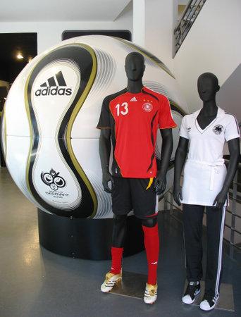 adidas: DUITSLAND - JULI 27 De Adidas Teamgeist voetbal op vertoning op 27 juli 2006 in Duitsland De Adidas Teamgeist bal is de officiële wedstrijdbal van de 2006 FIFA World Cup in Duitsland