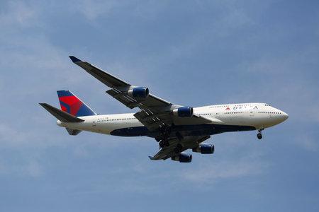 boeing 747: NEW YORK-8 luglio Delta Airline Boeing 747 nel cielo di New York, prima di atterrare al JFK Airport il 8 luglio 2014 Il Boeing 747 � un aereo di linea wide-body e gli aerei pi� riconoscibile al mondo s Editoriali