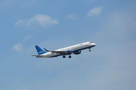 jetblue: NEW YORK - 8 luglio JetBlue Embraer 190 a New York il cielo prima di atterrare all'aeroporto JFK il 8 luglio 2014 JetBlue Airways � una compagnia aerea low-cost americana con base principale a JFK International Airport