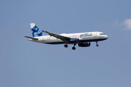 jetblue: NEW YORK - 10 luglio JetBlue Airbus A320 nel cielo di New York prima di atterrare all'aeroporto JFK il 10 Luglio 2014