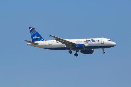 jetblue: NEW YORK - 10 luglio JetBlue Airbus A320 nel cielo di New York, prima di atterrare al JFK Airport il 10 Luglio 2014