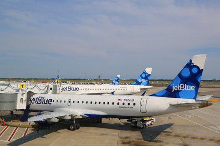 jetblue: NEW YORK-10 luglio JetBlue Airbus A320 ed Embraer 190 aeromobili alle porte del Terminal 5 a John F Kennedy International Airport di New York il 10 luglio 2014