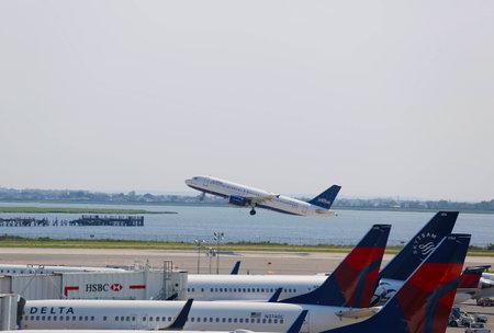 jetblue: NEW YORK - 10 luglio JetBlue Airbus A320 in decollo dall'aeroporto JFK di New York il 10 luglio 2014 JFK Airport � uno degli aeroporti pi� grandi e trafficate del mondo con 4 piste e 8 terminali