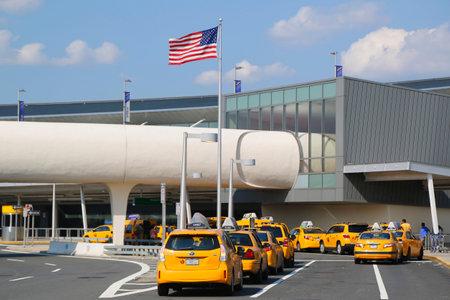 jetblue: Linea NEW YORK 10 luglio New York Taxi accanto JetBlue Terminal 5 a John F Kennedy International Airport di New York il 10 Luglio 2014