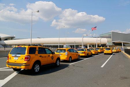 jetblue: NEW YORK-10 luglio linea New York Taxi accanto a JetBlue Terminal 5 di John F Kennedy International Airport di New York il 10 luglio 2014