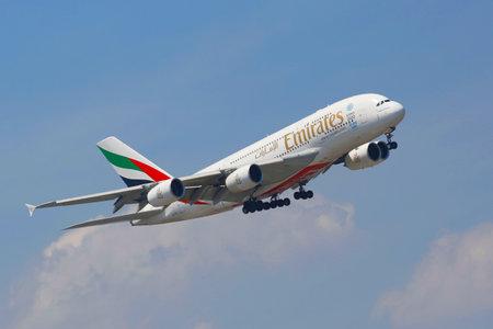 ニューヨーク-7 月 8 エミレーツ航空エアバス A380 エアバス A380 2014 年 7 月 8 日に JFK 空港に着陸する前にニューヨークの空では、二重デッキ、広いボ
