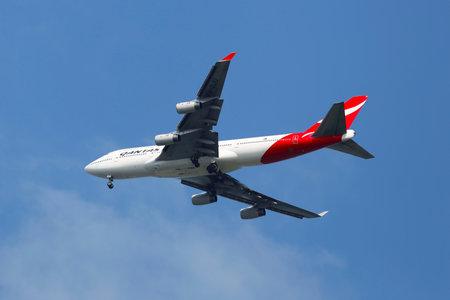 747 400: NEW YORK - 20 luglio Qantas Airline Boeing 747-400 nel cielo di New York prima di atterrare all'aeroporto JFK il 20 luglio 2014 Editoriali