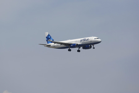 jetblue: NEW YORK - 8 luglio JetBlue Airbus A320 nel cielo di New York prima di atterrare all'aeroporto JFK il 8 luglio 2014 JetBlue Airways � una compagnia aerea low-cost americana con base principale a JFK International Airport