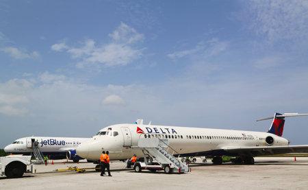 jetblue: GRAND CAYMAN, ISOLE CAYMAN - 13 giugno Delta Airlines McDonnell Douglas MD-80 e JetBlue Airbus A320 a Owen Roberts International Airport a Grand Cayman il 13 Giugno 2014 Editoriali