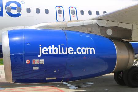 jetblue: GRAND CAYMAN, ISOLE CAYMAN - 13 giugno motore A320 JetBlue Airbus a Owen Roberts International Airport a Grand Cayman il 13 giugno 2014