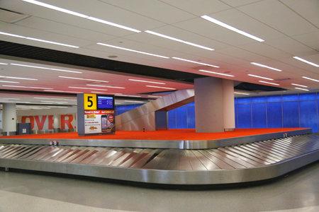 jetblue: NEW YORK 10 luglio: Bagaglio carosello in JetBlue Terminal 5 al JFK International Airport di New York, il 10 luglio, 2014 JFK � uno dei pi� grandi aeroporti del mondo con 4 piste e 8 terminali Editoriali
