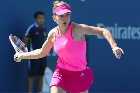 NEW YORK - 25 augustus Professionele tennisspeler Simona Halep tijdens de eerste ronde wedstrijd op US Open 2014 tegen Danielle Rose Collins op 25 augustus 2014 in New York Stockfoto - 32797843