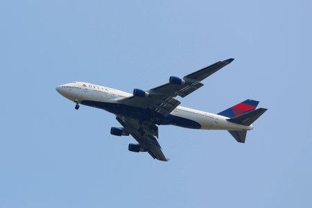 boeing 747: NEW YORK - 10 agosto: Delta Airline Boeing 747 si avvicina JFK Airport il 10 agosto, 2014. Il Boeing 747 � un aereo di linea commerciale in tutto il corpo e il mondo \