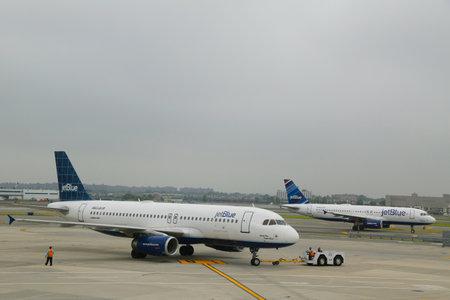 jetblue: NEW YORK 10 giugno: JetBlue Airbus aerei tassazione a John F Kennedy International Airport di New York il 10 giugno 2014. JetBlue Airways � una compagnia aerea low-cost americana con base principale a JFK