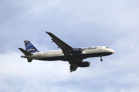 jetblue: NEW YORK-OTTOBRE 28: JetBlue Airbus A320 in cielo di New York prima di atterrare all'aeroporto JFK il 28 ottobre, 2014. JetBlue Airways � una compagnia aerea low-cost americana con base principale a JFK International Airport