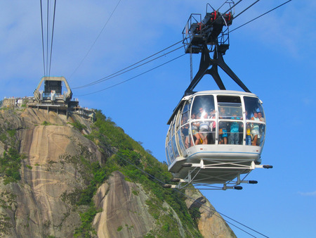 janeiro: RIO DE JANEIRO, BRAZIL - OCTOBER 4: Cable Car carrying tourists from Sugar Loaf Mountain in Rio de Janeiro on October 4, 2003