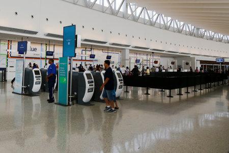 jetblue: NEW YORK 10 luglio: Inside of JetBlue Terminal 5 al JFK International Airport di New York il 10 luglio 2014. JFK � uno dei pi� grandi aeroporti del mondo con 4 piste e 8 terminali