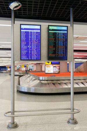 jetblue: NEW YORK 10 luglio: All'interno di JetBlue Terminal 5 zona dei bagagli al JFK International Airport di New York il 10 luglio 2014. JFK � uno dei pi� grandi aeroporti del mondo con 4 piste e 8 terminali Editoriali