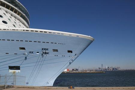 quantum: BAYONNE, NEW JERSEY - 18 november: Nieuwste Royal Caribbean Cruise Ship Quantum of the Seas aangemeerd bij Cape Liberty Cruise Port met het uitzicht op Manhattan voordat inaugurele reis op 18 november 2014 Redactioneel