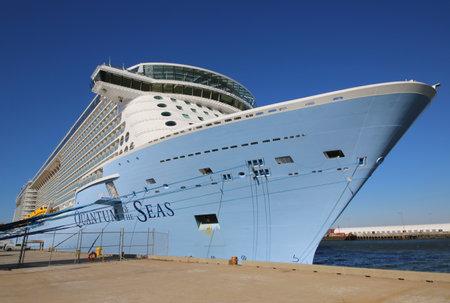 quantum: BAYONNE, NEW JERSEY - 18 november: Nieuwste Royal Caribbean Cruise Ship Quantum of the Seas aangemeerd bij Cape Liberty Cruise Port voordat inaugurele reis op 18 november 2014.