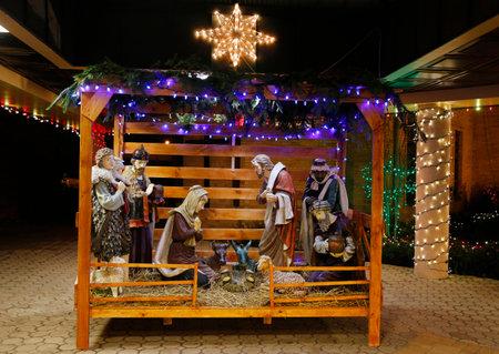 sacra famiglia: Presepe di Natale con tre saggi, presentando i regali al bambino Gesù, Maria e Giuseppe