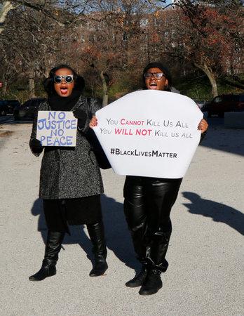 jurado: BROOKLYN, NUEVA YORK - 14 de diciembre: Los manifestantes marchan contra la brutalidad policial y la gran decisi�n del jurado en caso Eric Garner en Grand Army Plaza en Brooklyn el 14 de diciembre 2014 Editorial