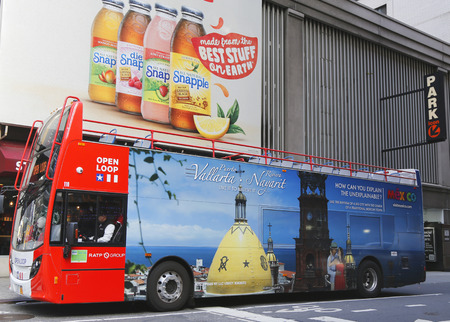 2014.OPEN 12 月 18 日、マンハッタンのミッドタウンにバス乗り降り飛び乗ってニューヨーク - 12 月 18 日: 開ループのツアー ニューヨーク ループ ニュー 報道画像