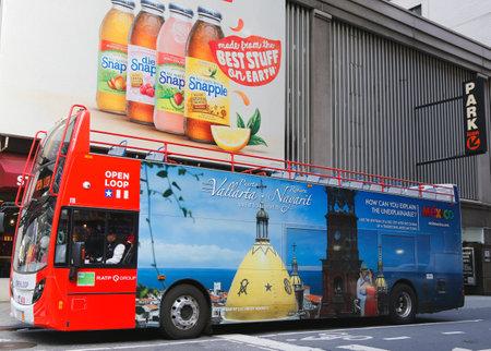 NEW YORK - 18. Dezember: Open Loop-Tour New York Hop on Hop off Bus in Midtown Manhattan am 18. Dezember ist 2014.OPEN LOOP New York Big Apple s neuesten und aufregendsten Stadtrundgang. Standard-Bild - 34845030