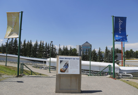 luge: CALGARY, CANADA - 29 LUGLIO: Olympic bob e slittino pista utilizzata durante XV Giochi Olimpici Invernali situati a Canada Olympic Park a Calgary il 29 Luglio 2014