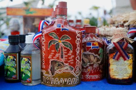 プンタカナのプンタカナ、ドミニカ共和国 - 2015 年 1 月 2 日: Mamajuana お土産ボトル。Mamajuana はドミニカ共和国で薬用の根から作られた自家製媚薬飲