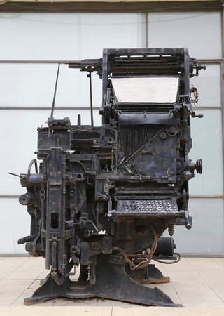 journalistic: TEL AVIV, ISRAELE - 25 novembre 2014: una vecchia macchina da stampa di essere esposto all'ingresso del centro giornalistico in memoria di Sokolov o Beit Sokolov a Tel Aviv