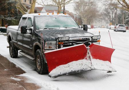 BROOKLYN, 뉴욕 - 2014 년 1 월 26 일 : 대규모의 눈 폭풍 후 주노가 동북을 공격 한 후 청소를 준비하는 뉴욕시