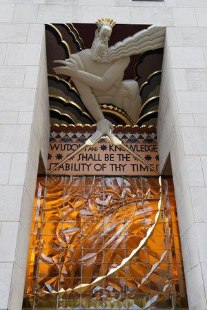 friso: CIUDAD DE NUEVA YORK - 18 de diciembre 2014: la Sabidur�a, un friso art deco por Lee Lawrie en la entrada del Edificio GE en el Rockefeller Plaza
