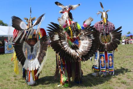 wow: NUEVA YORK - 08 de junio 2014: bailarines nativos americanos masculinos no identificados lleva Pow Wow tradicional vestido con Danza bullicio durante el NYC Pow Wow en Brooklyn Editorial