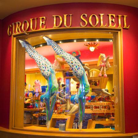 라스베가스, 네바다 - 2014년 5월 9일 : 벨라지오 호텔에 전시 태양의 서커스 (Cirque du Soleil)에 의해 O 쇼를 위해 설계 의상. O는 프랑코 Dragone입니다 님의  에디토리얼