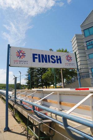 luge: Calgary, Canada - 29 luglio 2014: Olympic bob e slittino traguardo pista utilizzata durante XV Giochi Olimpici Invernali situati Canada Olympic Park a Calgary
