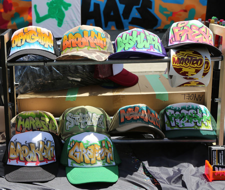 NEW YORK - JUNE 1, 2014: Graffiti style Brooklyn sign hats on display at Annual Bushwick Collective Jam Block Party at East Williamsburg in Brooklyn Reklamní fotografie - 36034562