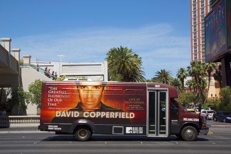 ラスベガス、ネバダ州 - 2014 年 5 月 10 日: 航空会社の送迎バスは、ラスベガスのラスベガス ・ ストリップの David カッパー フィールド広告と