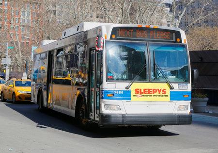 マンハッタンのニューヨーク - 2015 年 2 月 19 日: ニューヨーク MTA バス。MTA 地方バス事業は都交通局の表面輸送部門です。 報道画像