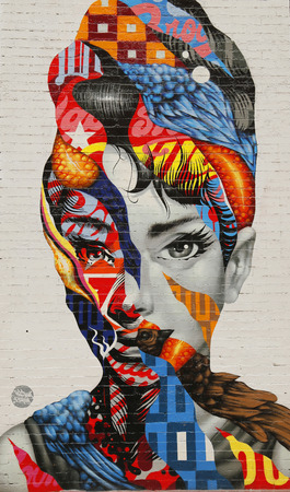 NEW YORK - FEBRUARY 26, 2015: Mural art Audrey of Mulberry by Tristan Eaton in Little Italy. 新聞圖片