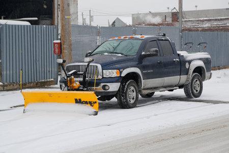 BROOKLYN, 뉴욕 - 2015 년 3 월 1 일 : 눈 폭풍 트럭 브루클린, 뉴욕 거대한 겨울 폭풍 후 거리를 청소할 준비가 스파르타 동북 파업 스톡 콘텐츠 - 37223930