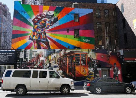 vj: NEW YORK - 12 marzo 2015: l'arte murale di Brazilian Murale dell'artista Eduardo Kobra nel quartiere Chelsea di Manhattan. Il murale � basata su Alfred Eisenstaedt s 1945 foto da VJ Day in Times Square