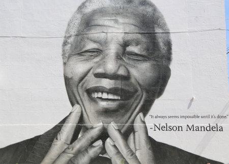 NEW YORK - 21 juin 2014: Nelson Mandela murale dans la section Williamsburg à Brooklyn. Williamsburg est un centre influent de indie rock actuelle, de la culture hippie, et la communauté artistique locale